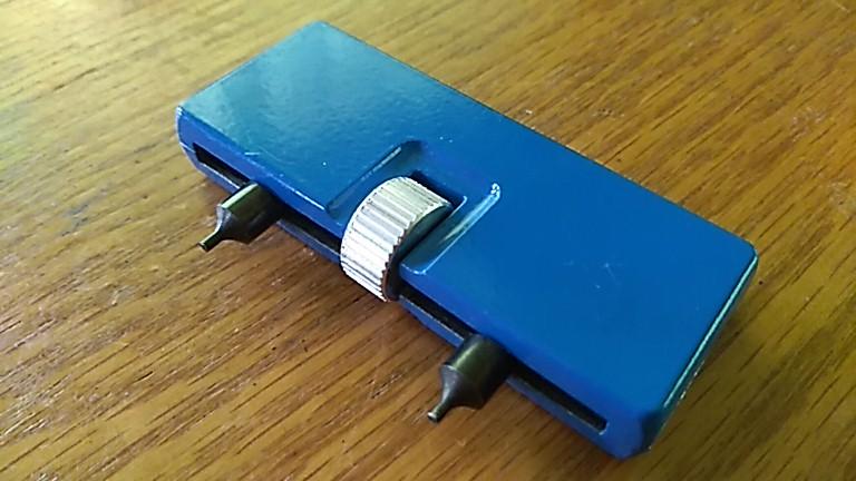 青くて四角い裏蓋開け工具
