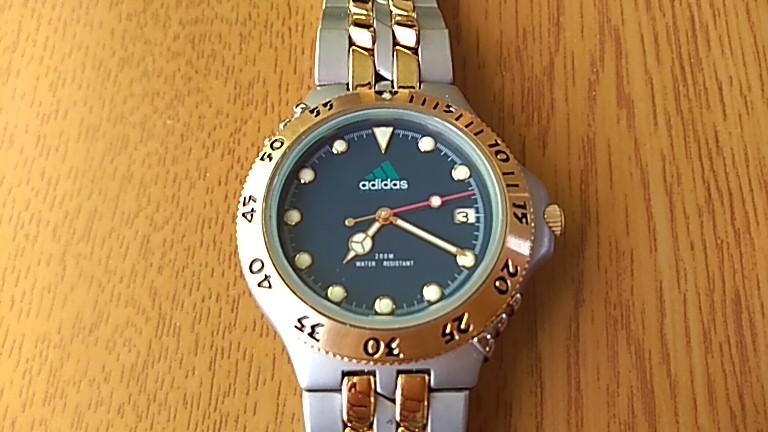 オール金属のアディダス腕時計