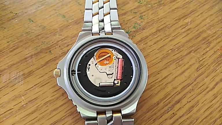 ケースを開けたアディダス時計
