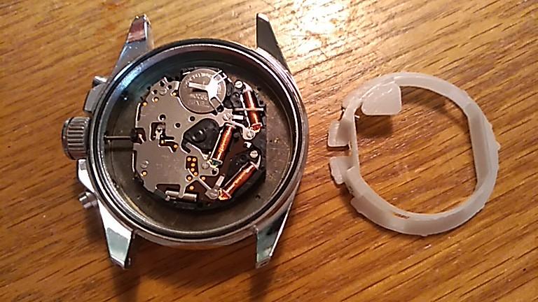 樹脂枠と古い電池を外したCH-2691