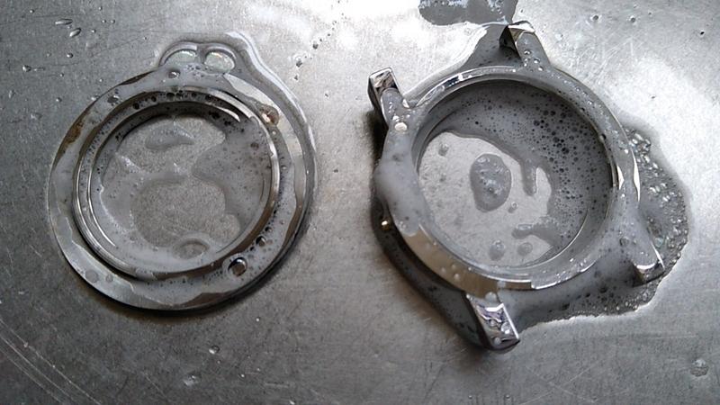 時計ケースを洗剤で洗う