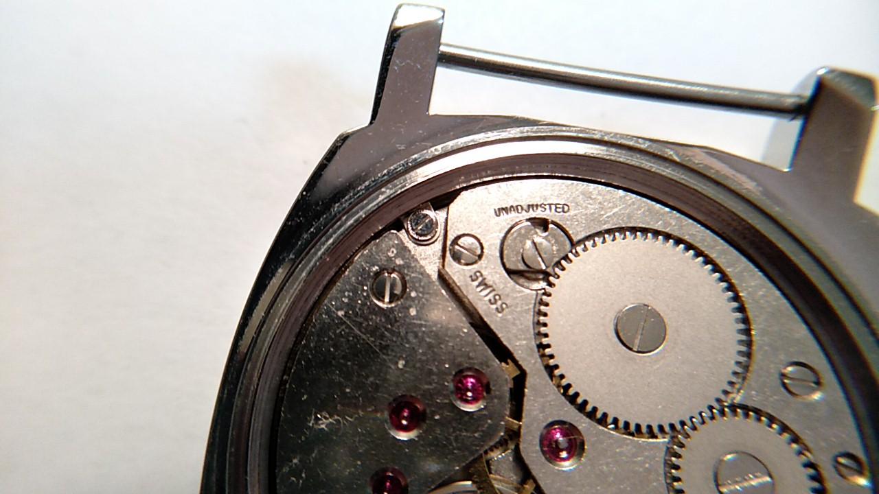 腕時計のケースへはクランプで固定