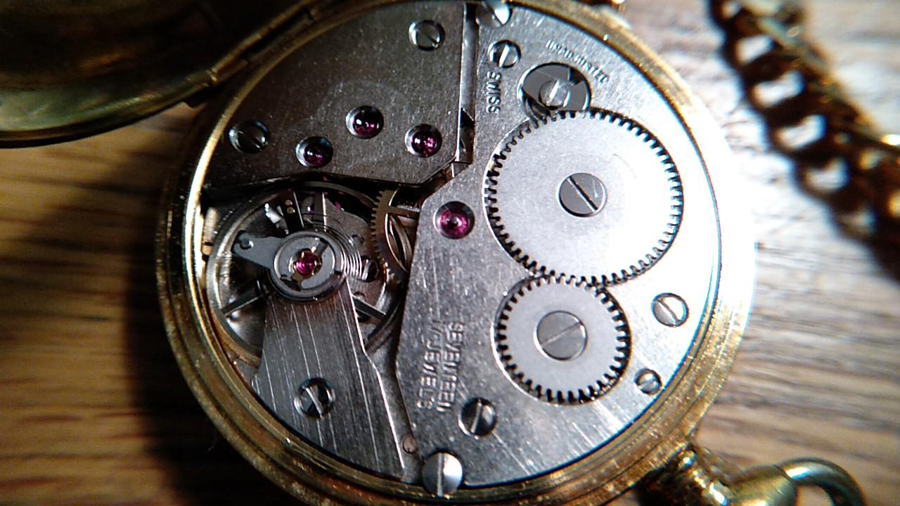 裏蓋を開けた懐中時計